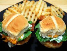 Mini-sandvisuri cu piept de pui si bacon