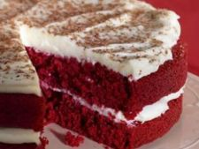 Tort rosu catifelat cu glazura de crema de branza