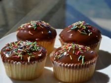 Briose cu glazura de ciocolata