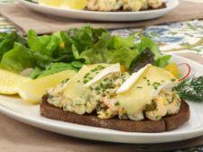 Sandviciuri cu creveti si branza topita Brie