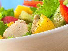 Salata de mango cu legume si verdeata