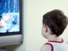 Copiii care se uita prea mult timp la televizor pot deveni antisociali