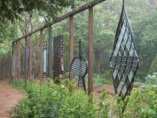 Gradina artistica: un melanj de sculpturi metalice si plante decorative prin frunze