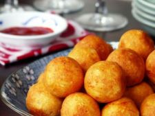 Bulete de cascaval cu cartofi in crusta de malai