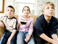 Copiii care se uita la televizor mai mult au rezultate mai bune la invatatura