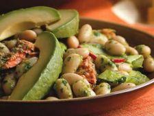 Salata de fasole si somon cu dressing de ansoa si rucola