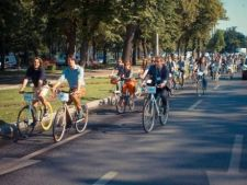Afaceristii au defilat in tinuta office pe biciclete