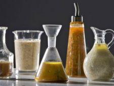 4 sosuri light si sanatoase pentru salatele de vara