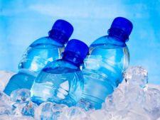 Mii de sticle de apa imbuteliata au fost retrase din magazine