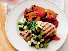 Pui la gratar cu legume si salsa de avocado