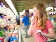 Promotii false, alimente aproape expirate: cum isi atrag si pacalesc magazinele clientii