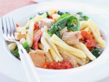 Salata calda de paste cu ton si rosii uscate