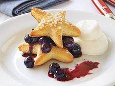 Biscuiti in forma de stea cu sos de afine