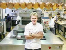 Bucatari celebri - Gordon Ramsey. Invata sa prepari creveti cu usturoi!