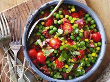 Salata calda cu mazare, porumb si chorizo