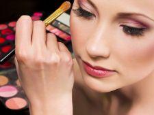 Cate produse de machiaj are o femeie in trusa de cosmetice
