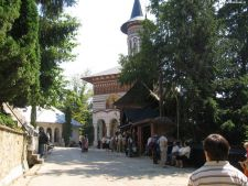 Manastirile nu mai pot caza turisti fara binecuvantarea patriarhiei
