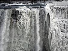 Imagini spectaculoase cu cascada Niagara inghetata de vortexul polar