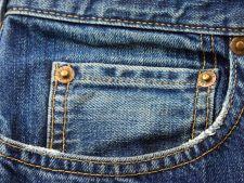 4 trucuri pentru a scapa de mirosul de chimicale din blugii noi