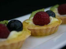 Mini tarte din crema de branza dulce, umplute cu fructe de padure