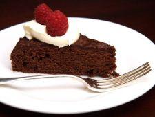 Tort delicios cu fructe de padure si vin rosu