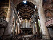 4 fotografii expresive care evoca linistea apasatoare a cladirilor abandonate
