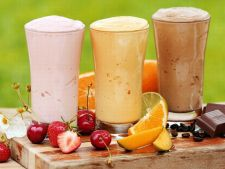 Incepe diminetile in forta! 4 smoothie-uri rapide si gustoase care pot inlocui micul dejun