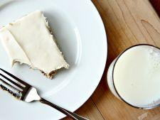 Desert delicios si racoritor: batoane cu banane si glazura de branza dulce