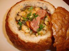 Ciorba de fasole in paine, un deliciu rustic irezistibil
