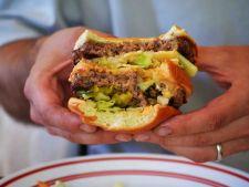 Socant! Un singur hamburger contine carne de la 1000 de vaci!