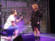 Nu te-ai fi asteptat la un asa gest romantic! Un artist si-a cerut iubita de sotie pe scena!