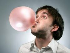 Alerta medicala: Uite ce se intampla daca mesteci guma in fiecare zi!