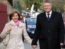 Klaus Iohannis, sarut dragastos cu sotia, in public