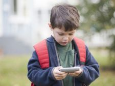Ipoteza socanta! Telefonul mobil, cauza principala a cancerului la copii