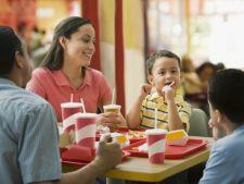 Ipoteza alarmanta! Copiii care mananca mult fast-food sunt mai...