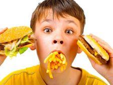 Atentie la hrana copiiilor! Pubertatea vine mai devreme si pune probleme pentru intreaga viata