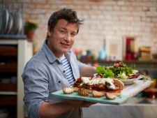 Gateste cu Jamie Oliver! Savuroasele gnocchi cu carnati si salata calda