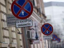 Mesaj pe un indicator rutier: Puteti accelera. Au ramas destui copii de zdrobit!