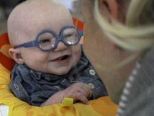 I-au cumparat ochelari pentru corectarea vederii! Reactia bebelusului este incredibila!