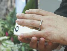 Povestea barbatului care s-a casatorit cu telefonul sau VIDEO