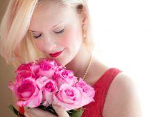femeie trandafiri