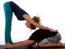 Yoga in pereche, modul in care poti reaprinde pasiunea in cuplu