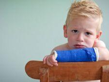 Ghid practic: Ce trebuie sa faci atunci cand copilul tau si-a rupt mana sau piciorul