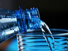 Un nou proiect de lege al guvernului va duce la scumpirea apei la raft si la falimentul unor producatori