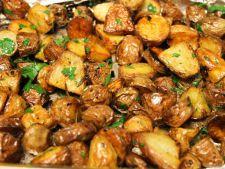 Cartofi copti, aromati! Garnitura perfecta pentru o friptura