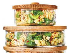 Salata aromata cu paste, castraveti si ierburi aromatice