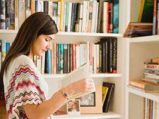 femeie citeste carte
